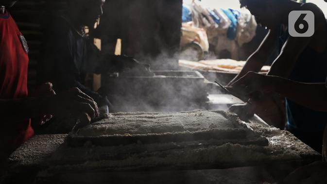 Pekerja mencetak oncom saat proses produksi di industri skala kecil , kawasan Sudimara Barat, Ciledug, Tangerang, Selasa (15/9/2020). Produksi oncom untuk memenuhi kebutuhan pasar di kawasan Tangerang tersebut dijual seharga Rp 5.000 setiap nampannya. (Liputan6.com/Angga Yuniar)
