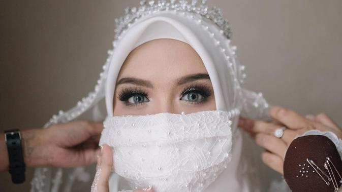 Vebby Palwinta mengenakan masker putih saat pernikahannya dengan Razi Bawazier (Dok.Instagram/@vebbypalwinta/https://www.instagram.com/p/B_R4vFmDgNX/Komarudin)