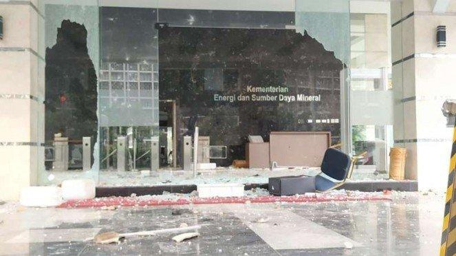 Gedung Kementerian ESDM dirusak massa aksi penolakan Omnibus Law UU Cipta Kerja