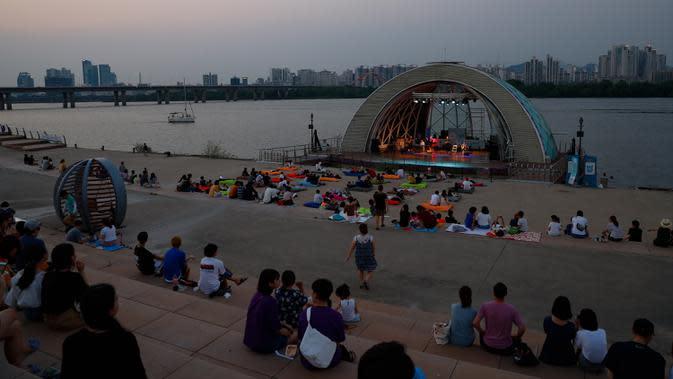 Warga menonton konser di Taman Yeouido Hangang, Seoul, Korea Selatan, 3 Agustus 2020. Seoul, ibu kota sekaligus kota terbesar di Korea Selatan, merupakan kota metropolitan yang dinamis dengan kombinasi antara budaya kuno dan modern. (Xinhua/Wang Jingqiang)
