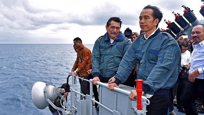 Presiden Joko Widodo (kanan) bersama Menko Polhukam Luhut Panjaitan (kedua kanan) saat berada di atas kapal perang KRI Imam Bonjol 383 di perairan Natuna, Kepulauan Riau, Kamis (23/6). (Foto: Setpres)