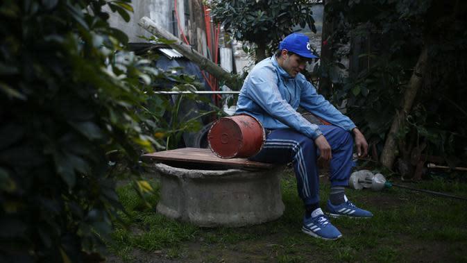 Yamil Peralta saat beristirahat di rumahnya di Jose C. Paz di pinggiran Buenos Aires, Argentina, 29 Juli 2020. Di tengah lockdown COVID-19, petinju Olimpiade dan profesional ini mendapat pekerjaan di perusahaan sampah untuk memenuhi kebutuhannya. (AP Photo/Marcos Brindicci)