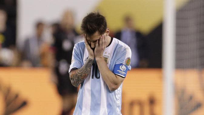 Pemain Argentina, Lionel Messi kecewa usai gagal melakukan penalti saat melawan Cile pada Final Copa America Centenario 2016 di Stadion MetLife, AS, Senin (27/6/2016). (Mandatory Credit: Adam Hunger-USA TODAY Sports)