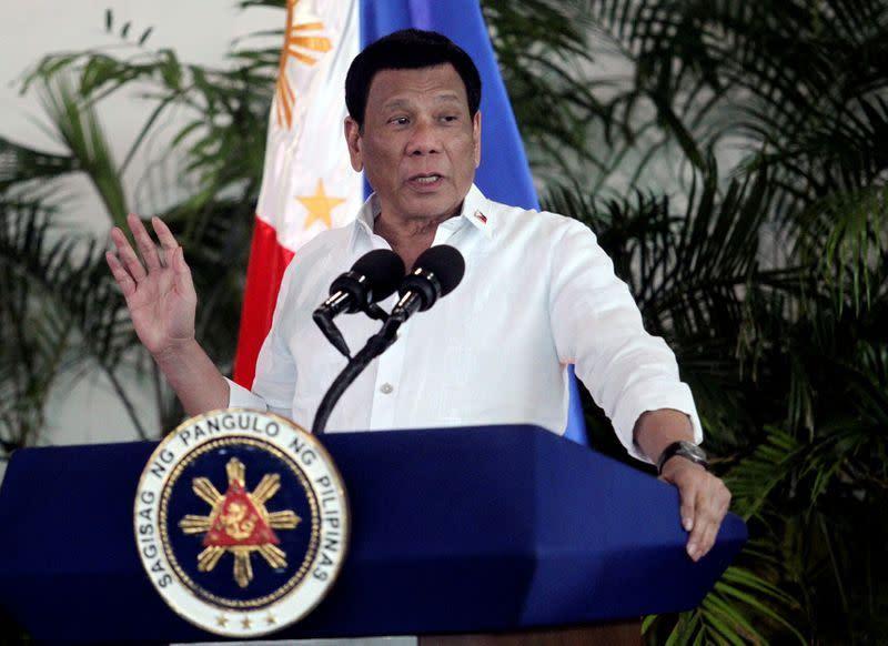 Presiden Filipina Duterte rekomendasikan bensin jadi pembersih masker wajah dan mengatakan itu bukan lelucon