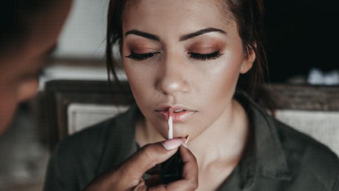 Ilustrasi pemakaian Makeup   unsplash.com/@candice_picard