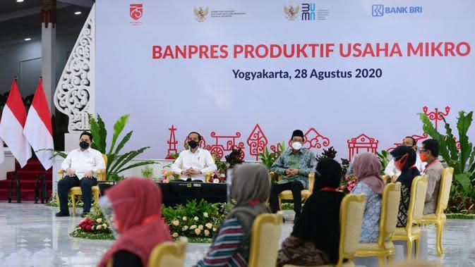 Presiden Jokowi menyerahkan Banpres Produktif Usaha Mikro (BPUM) bagi pelaku usaha di Yogyakarta.
