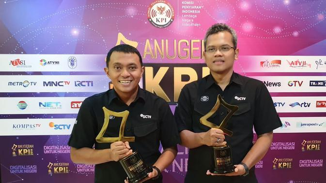 Doni Arianto, VP PSRD (Programming Scheduling and Research Development) SCTV saat menerima piala Anugerah KPI 2019