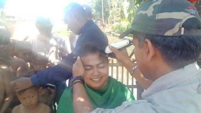 Selain ngagogo, sebagai bentuk sukuran kemenangan pilkades, warga Sukasenang juga dengan sukarela menggunduli kepala mereka hingga plontos (Liputan6.com/Jayadi Supriyadin)