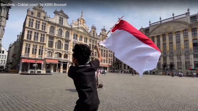 Sambut HUT ke-75 kemerdekaan Indonesia, KBRI Brussel rilis video cover lagu Bendera karya Coklat, dengan latar belakang bangunan ikonik di Kota Brussel, Belgia. (Photo by: KBRI Brussel)
