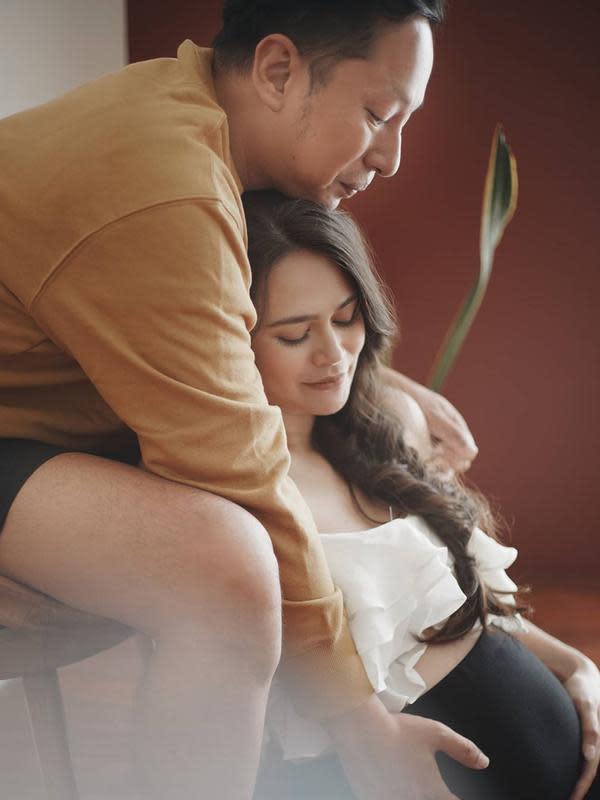 Di samping foto-foto dengan konsep yang unik, namun tetap terlihat Ringgo adalah sosok suami yang penyayang. Lihat saja di foto ini, ia memeluk sang istri dari belakang sambil memegang perut Sabai. (Instagram/sabaidieter)