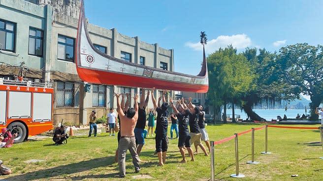 齊柏林基金會7日舉行「齊柏林小行星暨蘭嶼《逐岸》開展儀式」,現場由達悟族人表演震撼的拋舟儀式。(戴上容攝)