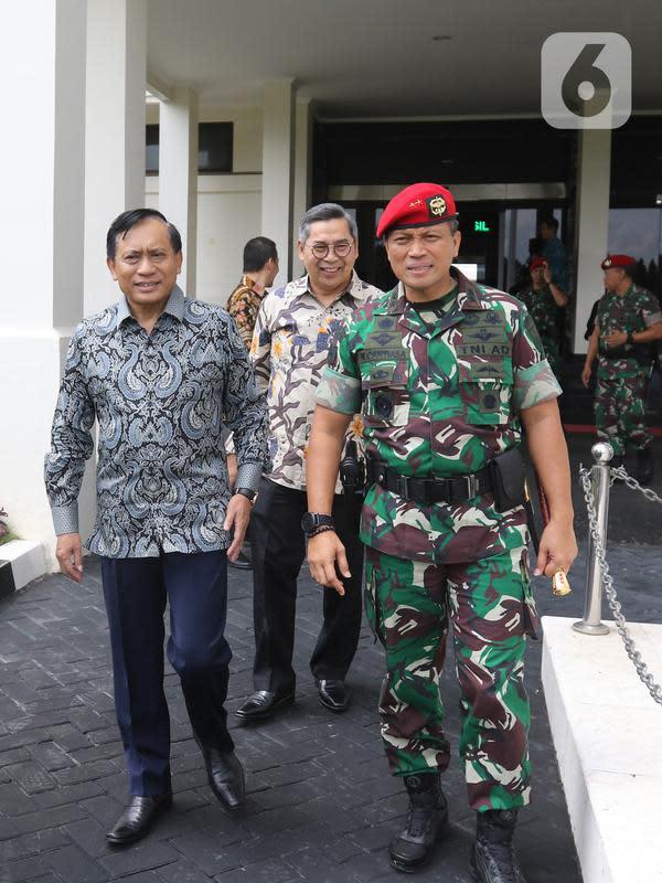 Direktur SCM, Imam Sudjarwo (kiri) berjalan bersama Danjen Kopassus Mayjend TNI I Nyoman Cantiasa saat bersilaturahmi ke Markas Kopassus, Cijantung, Jakarta, Senin (13/1/2020). Kunjungan itu bentuk silaturahmi bersama salah satu mitra perusahaan, dalam hal ini TNI. (Liputan6.com/Herman Zakharia)