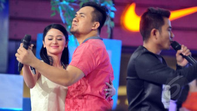Dewi Perssik berdansa bersama Saipul Jamil saat di acara Duo Pedang, Jakarta, Kamis (9/4/2015). Dewi Perssik mengaku tak punya perasaan apapun saat sepanggung dengan Saipul Jamil. (Liputan6.com/Panji Diksana)