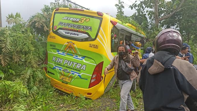 Kecelakaan bus wisata yang juga melibatkan sejumlah sepeda motor dan menewaskan empat orang dan belasan lainnya luka-luka di Garung, Wonosobo. (Foto: Liputan6.com/Istimewa-Grup RAPI BNA)