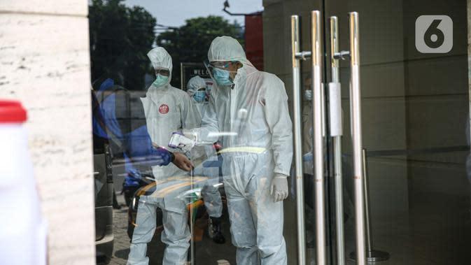 Pasien tanpa gejala Covid-19 diukur suhu tubuh saat tiba di Hotel U Stay Mangga Besar, Sawah Besar, Jakarta, Senin (28/9/2020). Pegawai hotel yang menjadi tempat isolasi pasien Covid-19 ini telah mendapatkan pelatihan dari Kemenkes atau Satuan Tugas Penanganan Covid-19. (Liputan6.com/Faizal Fanani)