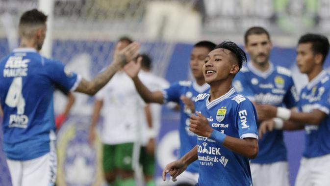 Gelandang Persib Bandung, Beckham Putra Nugraha, saat melawan Persiwa Wamena pada laga Piala Indonesia di Stadion Si Jalak Harupat, Bandung, Senin (11/2). Persib menang 7-0 atas Persiwa. (Bola.com/M Iqbal Ichsan)