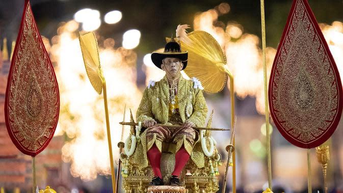 Raja Thailand Maha Vajiralongkorn diarak menggunakan tandu keliling Kota Bangkok, Thailand, Minggu (5/5/2019). Maha Vajiralongkorn resmi menjabat Raja Thailand menggantikan Raja Bhumibol Adulyadej yang meninggal dunia. (AP Photo/Wason Wanichorn)