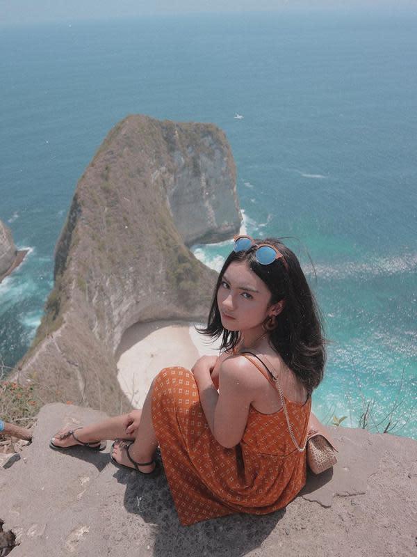 Ersya memang kerap travelling, hal itu diketahui lewat unggahannya di Instagram. Gadis 19 tahun ini juga sempat mengunjungi Nusa Penida dengan outift simpel berwarna oranye. (Liputan6.com/IG/@ersyaurel)