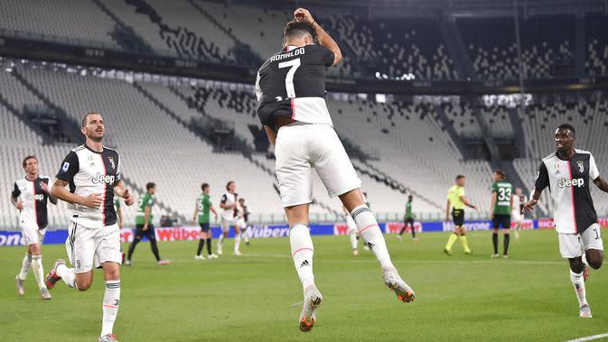 Striker Juventus, Cristiano Ronaldo, melakukan selebrasi usai mencetak gol ke gawang Atalanta pada laga Serie A di Allianz Stadium, Minggu (12/7/2020). Kedua tim bermain imbang 2-2. (Fabio Ferrari/LaPresse via AP)