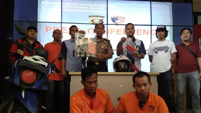 Dua orang penjambret ditangkap anggota Polrestabes Palembang, usai menjambret ponsel milik korban di Kecamatan Ilir TImur III Palembang (Liputan6.com / Nefri Inge)
