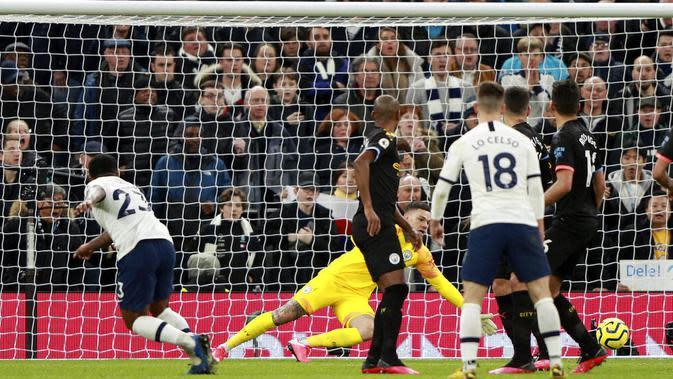 Pemain Tottenham Hotspur, Steven Bergwijn, mencetak gol ke gawang Manchester City pada laga Premier League di Stadion Tottenham Hotspur, Minggu (2/2/2020). Tottenham menang 2-0 atas Manchester City. (AP/Ian Walton)
