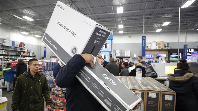Seorang konsumen berbelanja di toko Best Buy Inc. saat acara penjualan Black Friday di Chicago, Illinois, Kamis (28/11/2019). Selama Black Friday yang dimulai sejak tahun 1960-an, warga Amerika merayakan tradisi dengan belanja dan berburu diskon-besaran. (Kamil Krzaczynski/Getty Images/AFP)