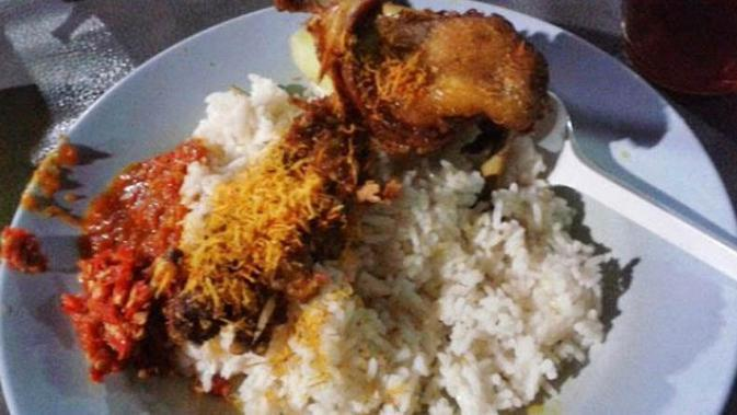 Kuliner Bebek Goreng Tugu Pahlawan ini cocok untuk para pecinta kuliner pedas.