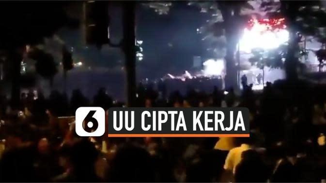 VIDEO: Massa Pengunjuk Rasa Bentrok dengan Polisi