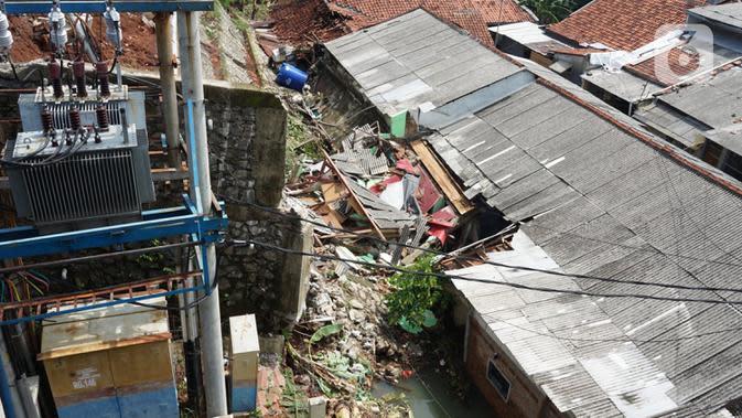 Suasana longsor di Jalan Damai, Ciganjur, Jakarta Selatan, Minggu (11/10/2020). Hujan yang deras sejak Sabtu (10/10/2020) sore mengakibatkan kawasan tersebut mengalami banjir sekaligus longsor serta mengakibatkan dua orang luka-luka dan satu orang meninggal dunia. (Liputan6.com/Immanuel Antonius)