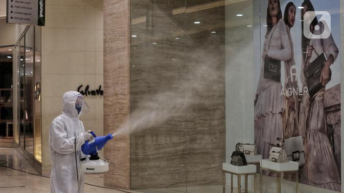 Petugas menyemprotkan cairan disinfektan di Senayan City, Jakarta, Selasa (9/6/2020). Senayan City siap menyambut pengunjung kembali pada 15 Juni 2020 dengan menerapkan berbagai protokol pencegahan COVID-19 seperti pengecekan suhu tubuh sensor tanpa sentuh untuk lift. (Liputan6.com/Johan Tallo)