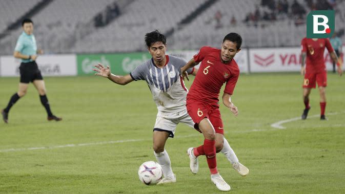 Gelandang Timnas Indonesia, Evan Dimas, menggiring bola saat melawan Filipina pada laga Piala AFF 2018 di SUGBK, Jakarta, Minggu (25/11). Kedua negara bermain imbang 0-0. (Bola.com/M. Iqbal Ichsan)