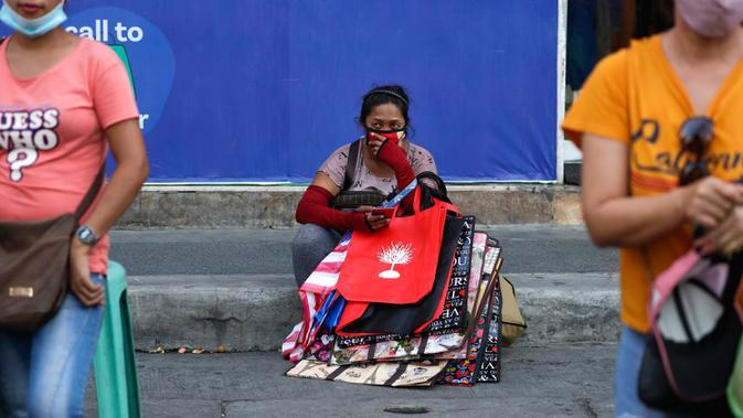 Seorang perempuan penjual tas beristirahat, setelah pelonggaran pembatasan karantina wilayah (lockdown) di pusat kota Manila, Filipina, Rabu (2/9/2020). Pemerintah melonggarkan lockdown meskipun negara tersebut memiliki infeksi virus corona terbanyak di Asia Tenggara. (AP Photo/Aaron Favila)