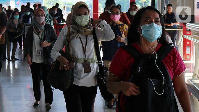 Warga beraktivitas menggunakan masker di kawasan Stasiun Palmerah, Jakarta, Sealasa (3/3/2020). Presiden Joko Widodo atau Jokowi mengimbau warga tidak panik terkait penyakit virus corona atau COVID-19 yang telah menjangkiti dua orang di Indonesia. (Liputan6.com/Johan Tallo)