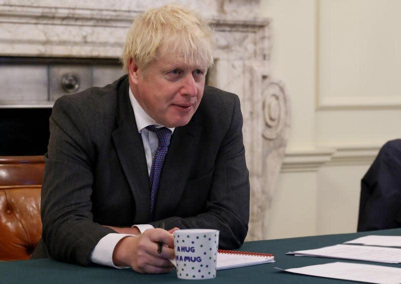 英國首相強生為求防疫,下令酒吧必須在晚上10點打烊,反而讓民眾改回家開趴。(翻攝自Twitter)