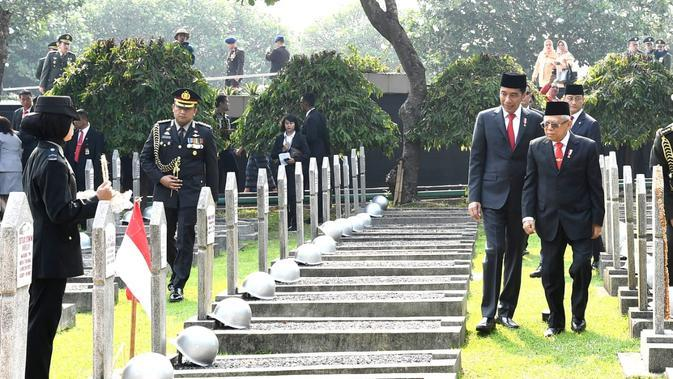 Untuk mengenang pertempuran 10 November 1945 di Surabaya, dalam suasana hening, dibunyikan sirene selama 60 detik yang diakhiri dengan mengheningkan cipta dipimpin oleh Presiden Joko Widodo yang bertindak selaku inspektur upacara.