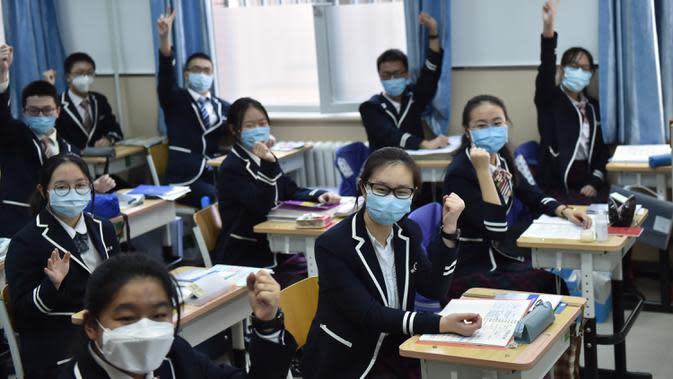 Sejumlah siswa kelas 12 menyemangati diri mereka sendiri di Guangqumen Middle School, Beijing, China, Senin (27/4/2020). Sekolah menengah atas di Beijing memulai kembali kegiatan belajar di kelas untuk siswa tingkat akhir yang akan mengikuti ujian masuk perguruan tinggi. (Xinhua/Chen Zhonghao)