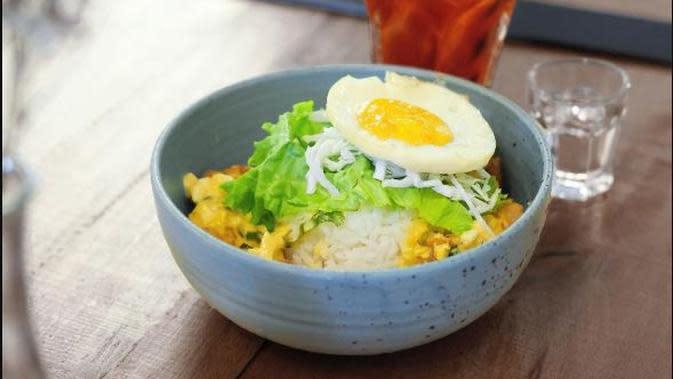 Menu rice bowl chicken salted edd dari Romansa Jakarta. (dok. Instagram @romansa.jkt/https://www.instagram.com/p/BvJmknQBmyX/Dinny Mutiah)