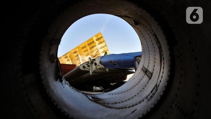 Potongan badan pesawat tertumpuk di lahan kosong kawasan Marunda, Jakarta Utara, Selasa (19/11/2019). Seluruh potongan badan pesawat yang sudah tidak berfungsi tersebut merupakan hasil lelang resmi dari maskapai Indonesia. (merdeka.com/Iqbal S. Nugroho)