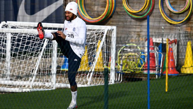 Penyerang Paris Saint-Germain Neymar mengikuti sesi latihan jelang menghadapi Club Brugge pada laga Grup A Liga Champions di Saint-Germain-en-Laye, Paris, Prancis, Selasa (5/11/2019). (FRANCK FIFE/AFP)