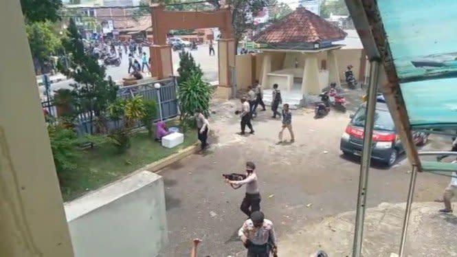 Tolak Omnibus Law, Mahasiswa di Dompu Rusak Ruang Rapat DPRD