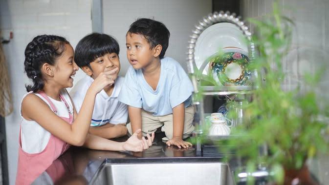Widuri, sebagai anak sulung, Dru anak tengah dan Den Bagus si anak sulung terlihat ceria yang tetap produktif di kediamannya. Di akhir tayangan, ketiganya memilki pesan yang berbeda, namun cukup mengharukan. (Instagram/widimulia)
