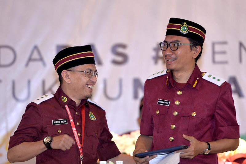 Muhammad Khalil Abdul Hadi congratulates newly-elected PAS Youth Chief Khairil Nizam Khirudin (left) during the Dewan Pemuda PAS Muktamar in Gambang, Pahang June 20, 2019. — Picture by Mukhriz Hazim