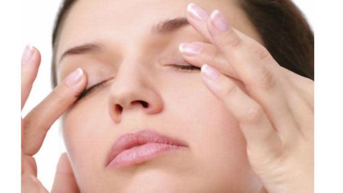 Kelopak mata kering atau dehidrasi kadang membuat kita risih, ketahuilah beberapa cara untuk mengatasai kelopak mata kering ini. (foto: google.com)