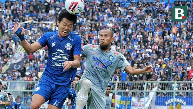 Duel antara pemain muda Arema FC, Feby Eka Putra, dan bek senior Persib Bandung, Supardi Nasir, kala kedua tim bertemu di pekan kedua Shopee Liga 1 2020 di Stadion Kanjuruhan, Malang, Minggu (8/3/2020). (Bola.com/Iwan Setiawan)