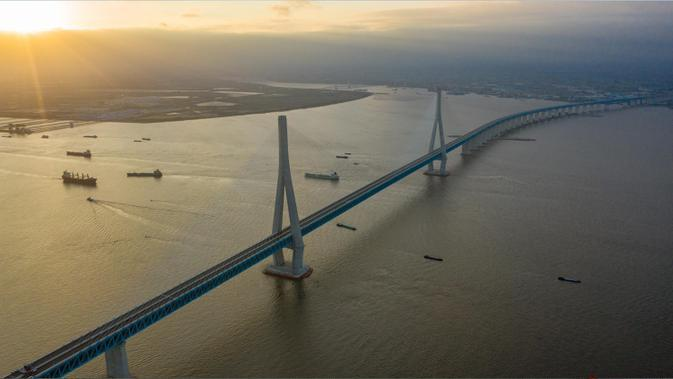 Foto dari udara menunjukkan pemandangan jembatan yang menghubungkan Nantong dan Zhangjiagang di Provinsi Jiangsu, China, Senin (29/6/2020). Jembatan jalan raya dan kereta api kabel pancang tersebut dibuka untuk lalu lintas pada 1 Juli. (Xinhua/Li Bo)
