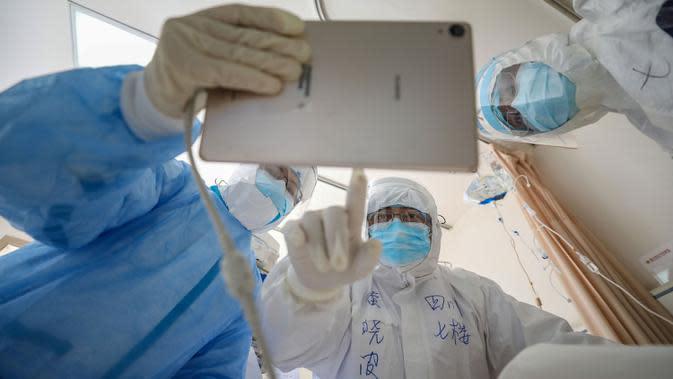 Dokter melihat gambar saat memeriksa pasien yang terinfeksi virus corona (Covid-19) di Rumah Sakit Palang Merah di Wuhan, 16 Februari 2020. Jumlah korban meninggal akibat virus corona (Covid-19) di seluruh dunia hingga Minggu (8/3) pagi sudah mencapai 3.570 orang, terbanyak masih di China. (STR/AFP)