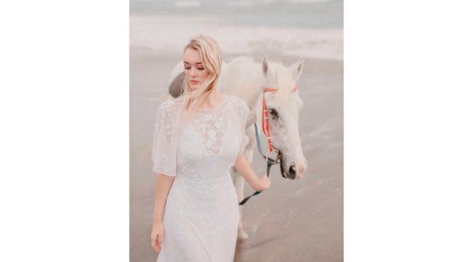 6 Potret Terbaru Polly Alexandria, Bule Cantik yang Dinikahi Pria Muntilan (sumber: Instagram.com/pollyoddsocks)