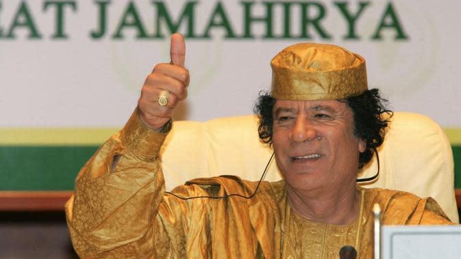 Muammar Khadafi saat pertemuan dengan negara-negara uni afrika. Foto diambil pada 5 Juli 2005 (CRIS BOURONCLE / AFP)