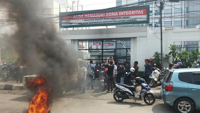 Mahasiswa demo Kantor Kejati Sulsel dalam rangka menuntut penuntasan sejumlah kasus korupsi yang mangkrak (Liputan6.com/ Eka Hakim)