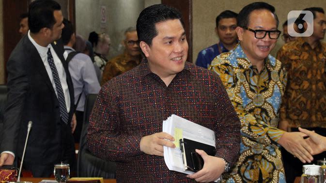 Menteri BUMN, Erick Thohir bersama Wakil Menteri BUMN Kartika Wirjoatmodjo (kanan) seusai mengikuti rapat dengan Komisi VI DPR, di kompleks Parlemen,Senin (2/12/2019). Rapat membahas Penyertaan Modal Negara (PMN) pada Badan Usaha Milik Negera tahun anggaran 2019 dan 2020. (Liputan6.com/Johan Tallo)